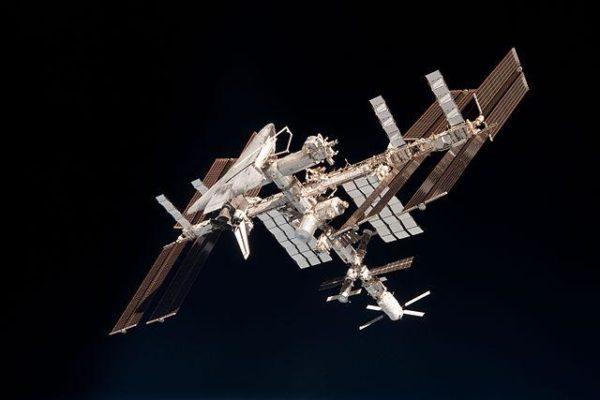 Estação Espacial Internacional com a Endeavour acoplada, em 23 de maio de 2011