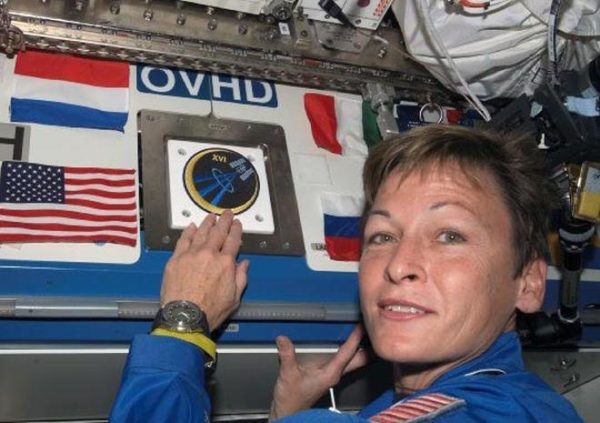Peggy Whitson colando emblema da missão durante a Expedição 16, na Estação Espacial Internacional