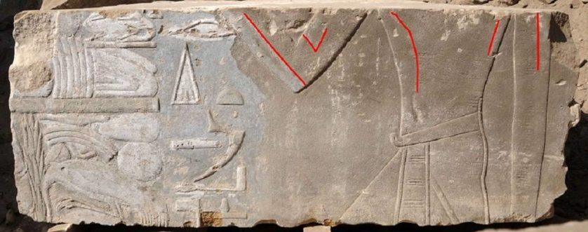 A representação original, destacada em vermelho, parece mostrar uma mulher, de acordo com os pesquisadores. A imagem da pedra foi alterada para representar um faraó do sexo masculino