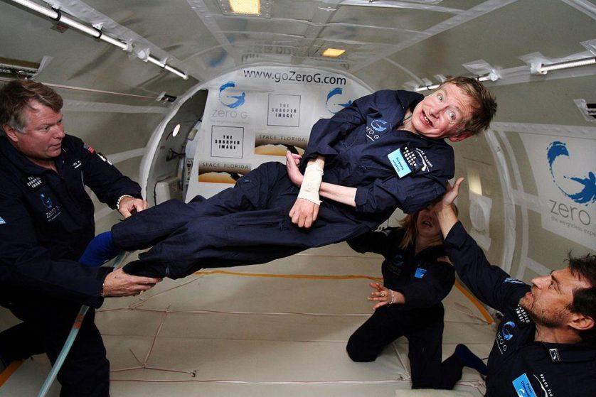 "Hawking experimentando gravidade zero no ""cometa do vômito"" da NASA"