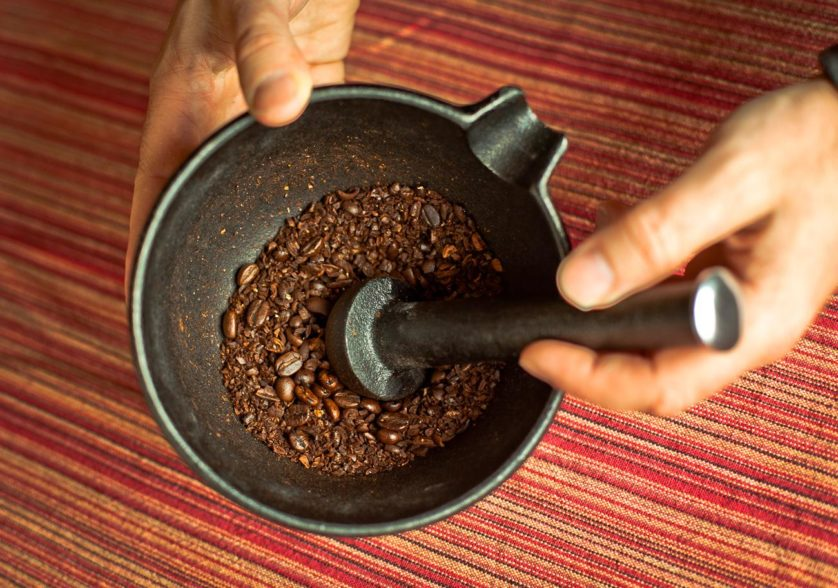 moendo graos de caf