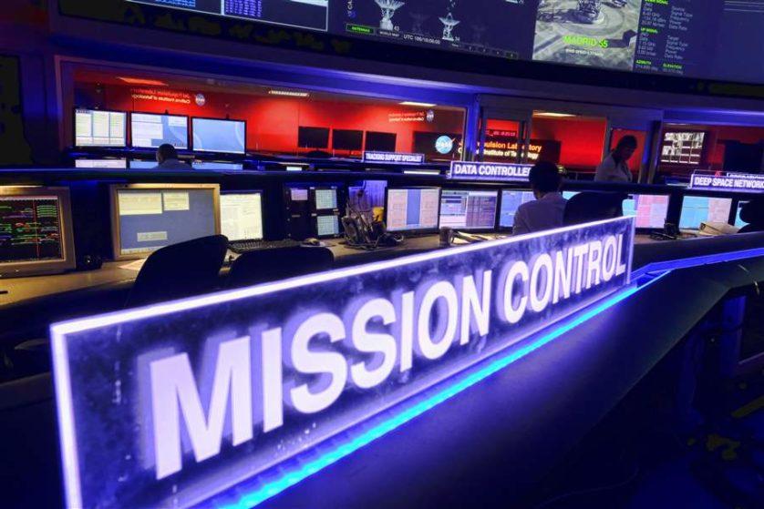 Centro de controle da missão no Laboratório de Propulsão a Jato da NASA
