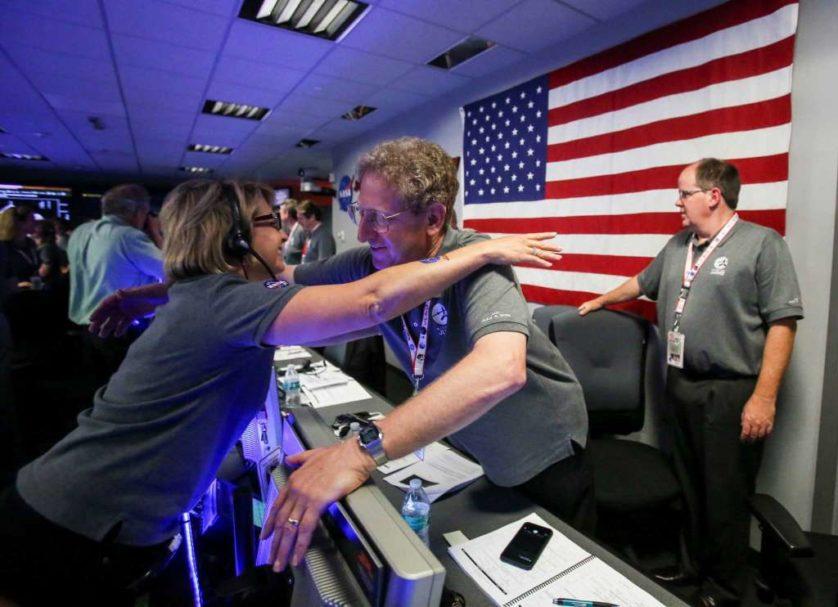 Cientistas da missão comemoram o sucesso