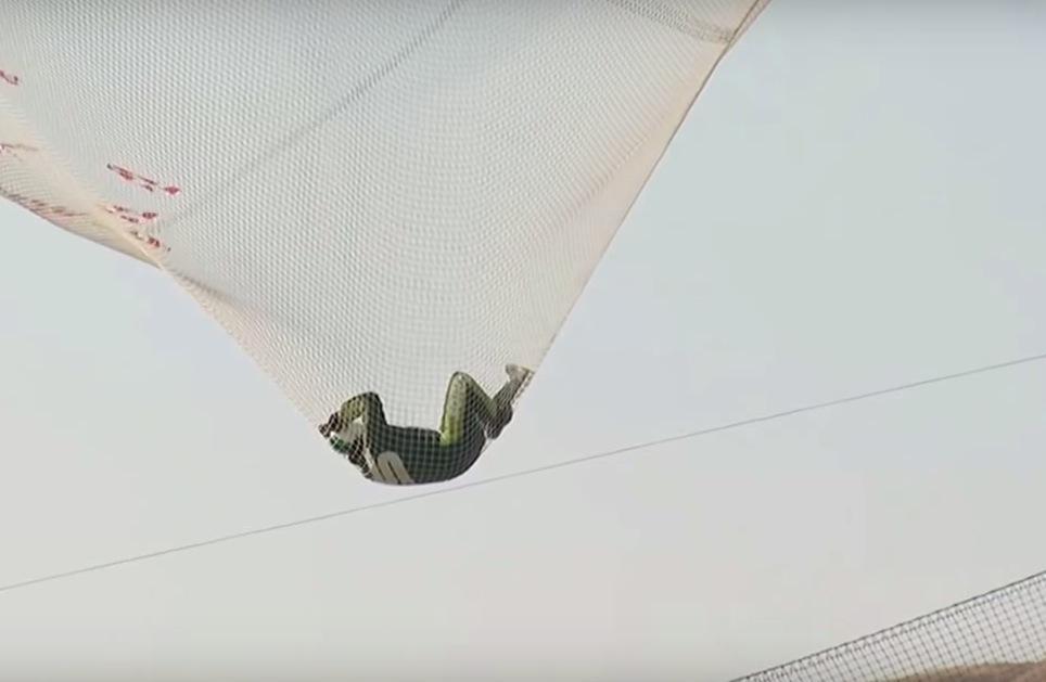 homem pula sem paraquedas em rede 4