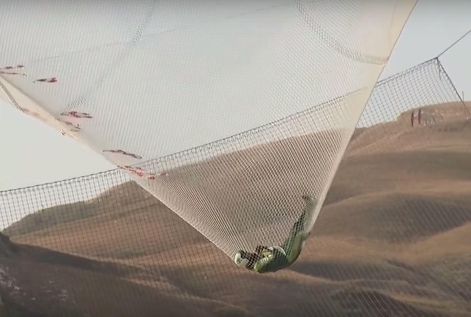homem pula sem paraquedas em rede 7