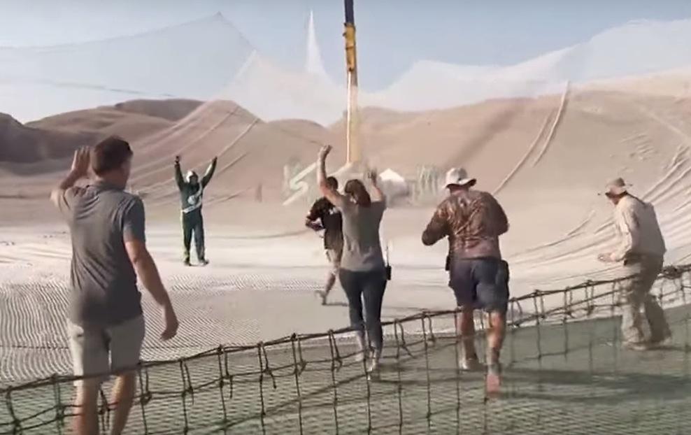 homem pula sem paraquedas em rede