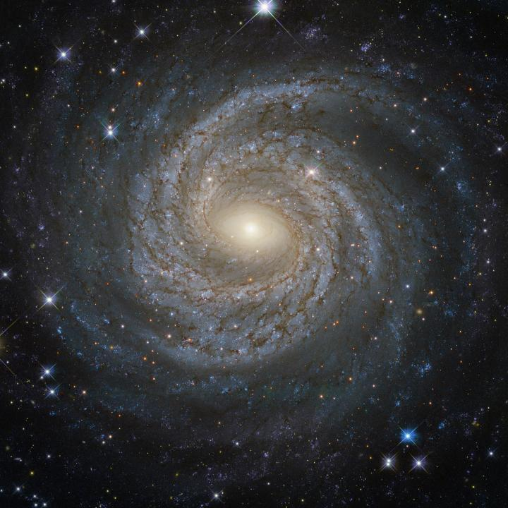 Galáxias como esta espiral, conhecida como NGC 6814, são mantidas juntas por uma misteriosa matéria escura