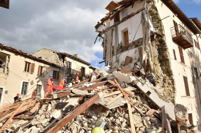 Equipes de resgate escavam os escombros de um prédio em Arquata del Tronto (Imagem: Getty / Giuseppe Bellini)