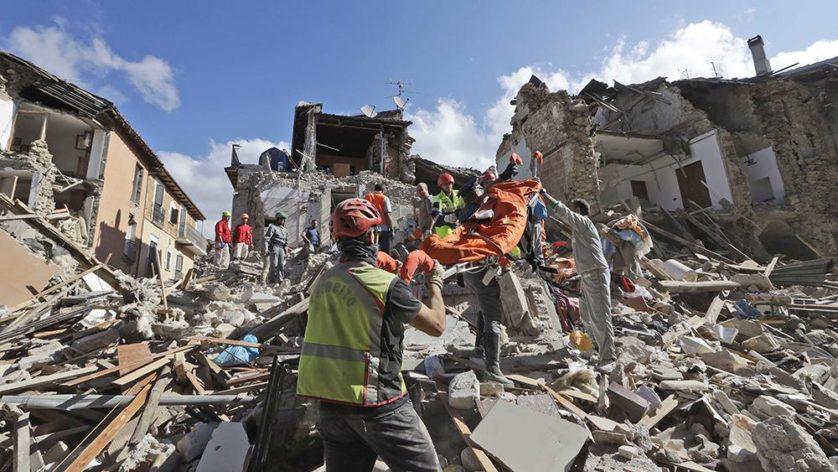 Equipes de resgate procuram sobreviventes em Amatrice (Image: AP / Alessandra Tarantino)