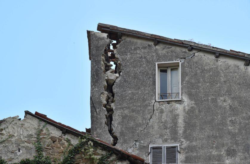 Edifícios antigos em Arquata del Tronto simplesmente dobraram com os tremores (Imagem: Getty / Giuseppe Bellini)