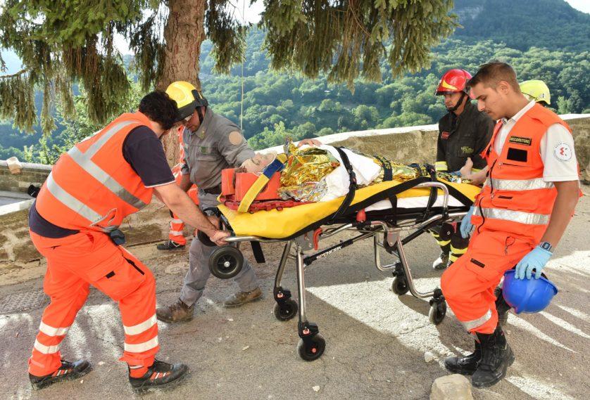 Equipes de resgate retiram homem de 75 anos de idade dos escombros em Arquata del Tronto (Imagem: Getty / Giuseppe Bellini)