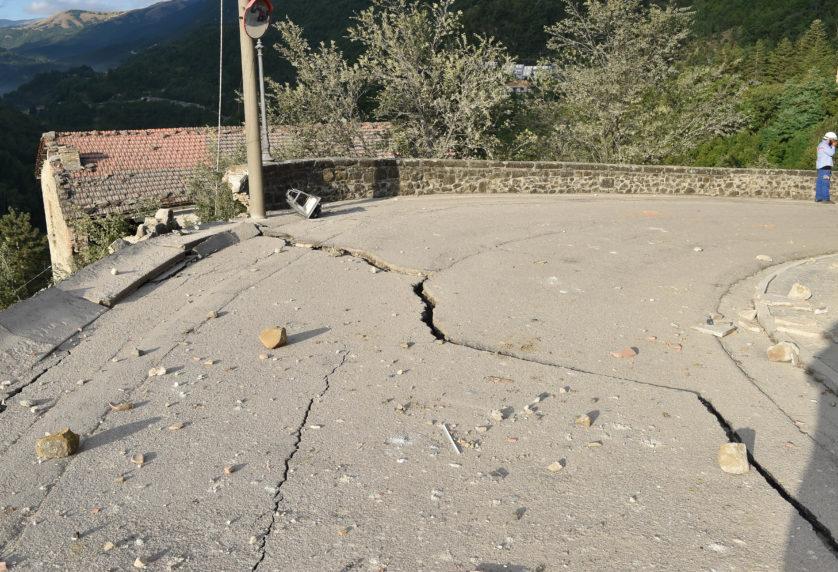Outro ângulo da estrada rachada (Imagem: Getty / Giuseppe Bellini)