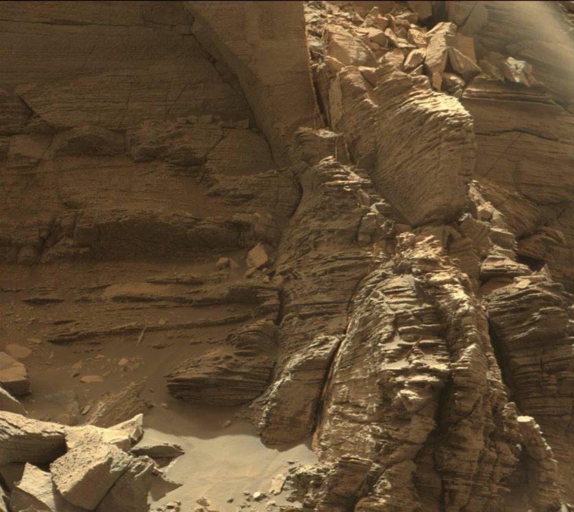 """Esta foto mostra um afloramento de rochas em camadas dentro da região de Murray Buttes. Curiosity examinou de perto esse afloramento, chamado de """"formação de Stimson"""", durante a primeira metade de 2016. A estratificação dentro do arenito indica que ele foi depositado pelo vento com a migração de dunas de areia"""
