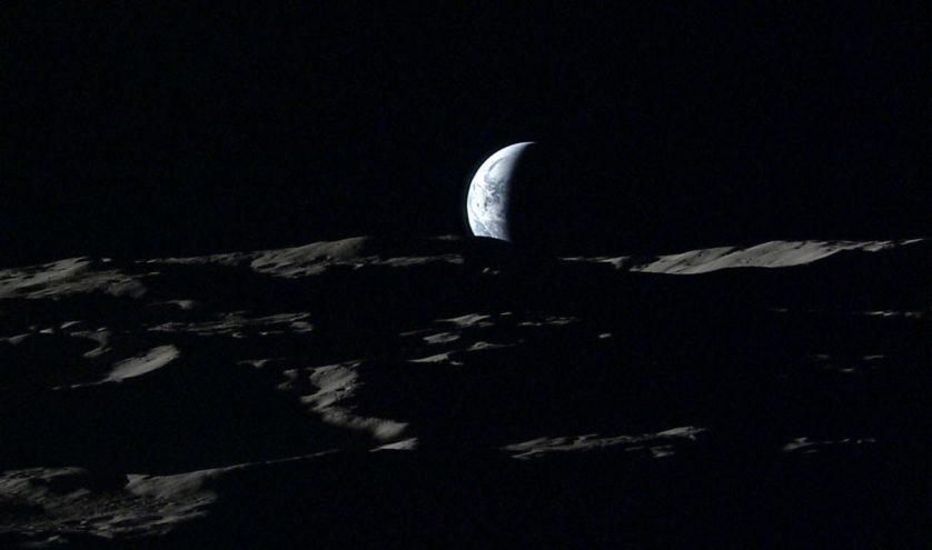 A Terra afunda em direção ao horizonte lunar nessa imagem feita em 2008.