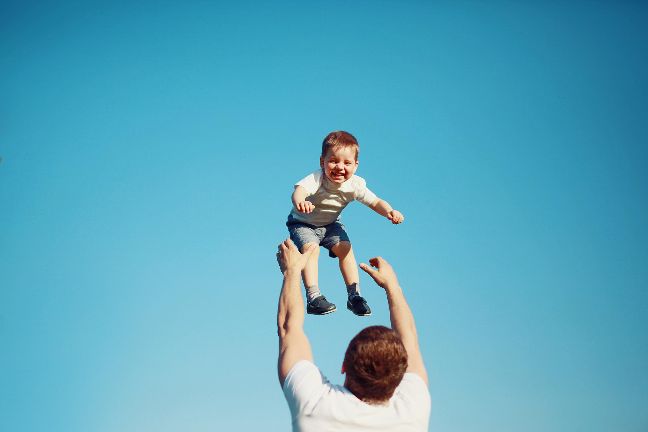 Resultado de imagem para jogando a criança pra cima