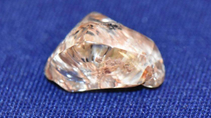 Mulher encontra diamante de 4 quilates enquanto assiste a um vídeo de como encontrar diamantes