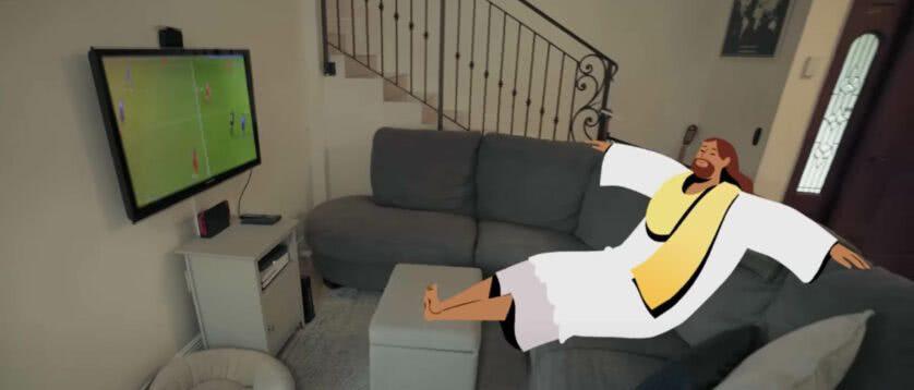 Jesus assistindo tv no sofá da sala