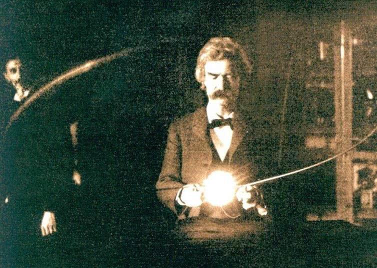 Mark Twain segurando a lâmpada de vácuo experimental de Nikola Tesla