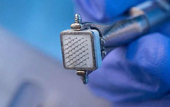 Implante de microchip no cérebro para o olho biônico