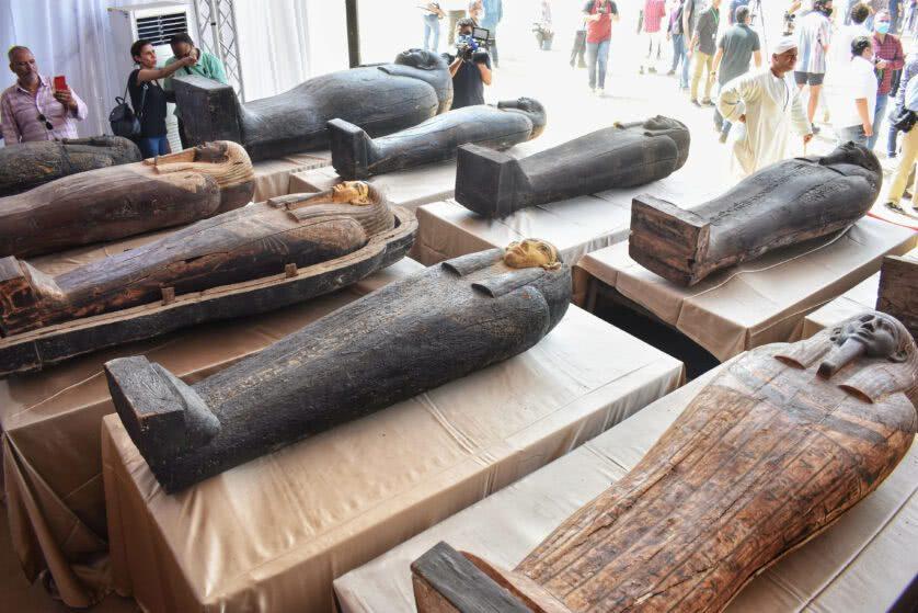 Alguns dos sarcófagos descobertos na necrópole