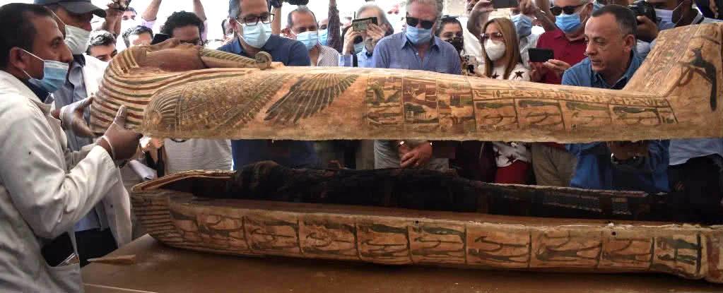 múmia intacta sendo revelada