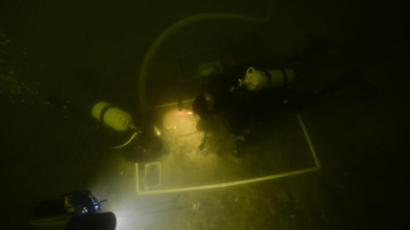 Mergulhadores escavam os vestígios e as armas medievais do fundo do Lago Asveja