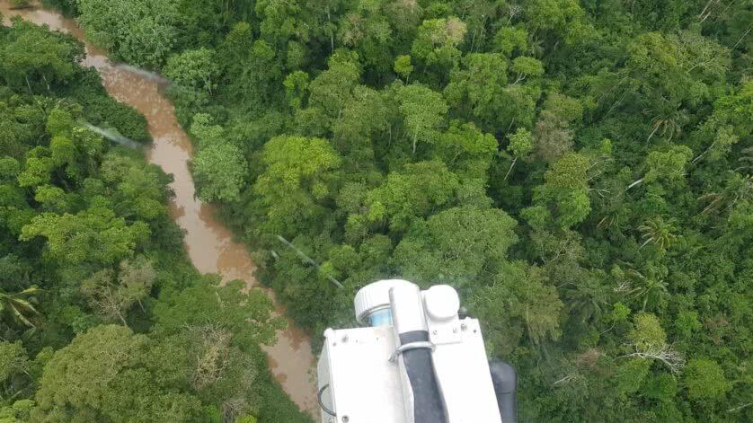 Vista da floresta amazônica do helicóptero durante a pesquisa do lidar